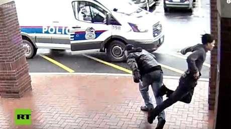 video zancadillea delincuente fuga arreste policía