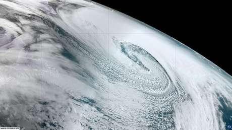 Imágenes de satélite muestran un 'ciclón bomba' formado sobre el Atlántico