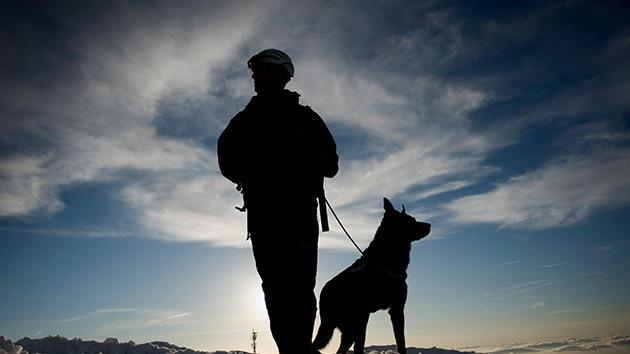 Discriminan a un héroe de guerra por entrar al bar de un hotel con su perro