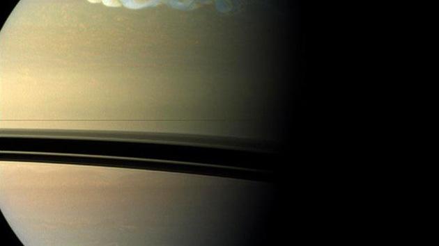 La sonda Cassini podría haber encontrado un océano en Dione, una de las lunas de Saturno