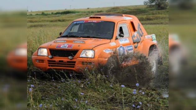 Ruta de la Seda: Mardéyev en camiones y Vasíliev en coches triunfan en la sexta etapa