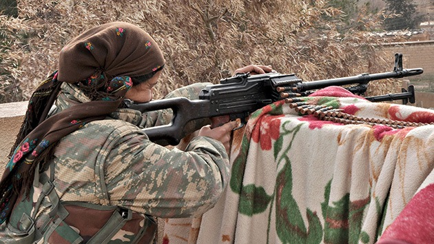 Abuelas kurdas se arman con fusiles Kaláshnikov para impedir el avance del EI