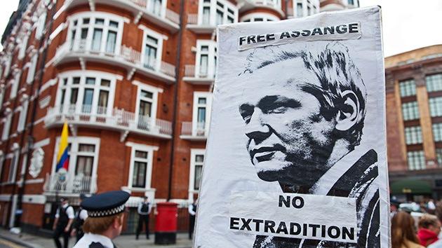 Ecuador da asilo a Assange: demasiada histeria para un acto humanitario
