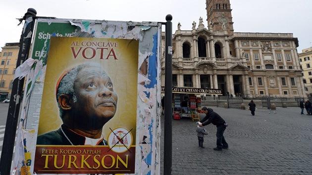 Roma 'se inunda' de pósteres con la imagen del que podría ser el primer papa negro