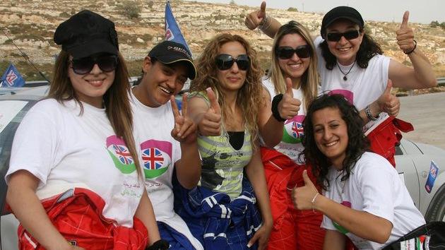 Mujeres palestinas que vuelan en coches de carrera