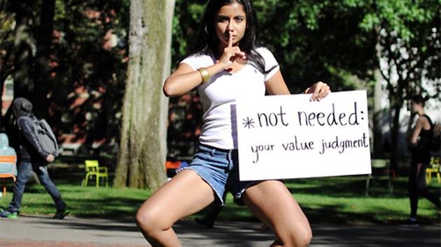 Estudiantes indias publican fotos en topless para defender la igualdad de género
