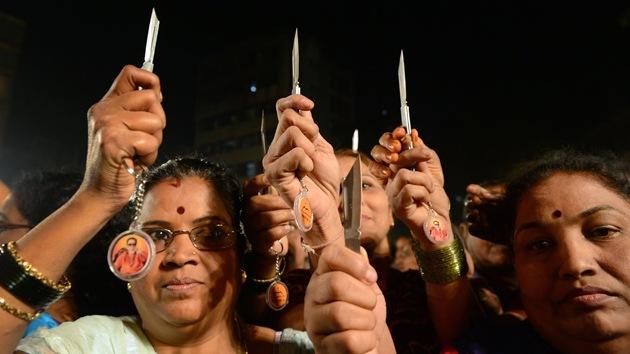 """Un partido indio reparte cuchillos para """"cortar manos de violadores"""""""