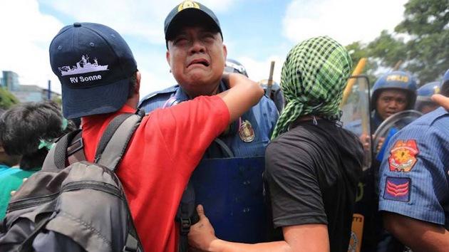 """""""Soy policía, solo estoy haciendo mi trabajo"""": agente filipino llora en plenas protestas"""