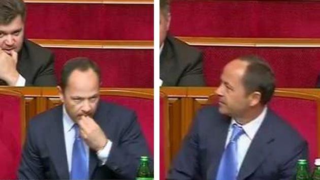 VIDEO: Viceprimer ministro de Ucrania pegando un chicle debajo de su escaño