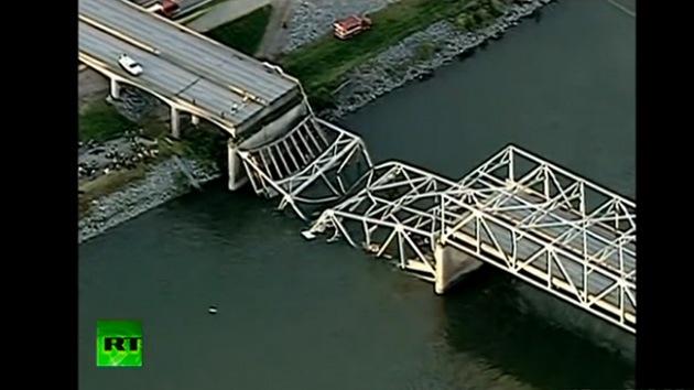 Video, Fotos: Se derrumba un puente en EE.UU., varios coches caen al agua