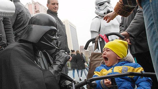 El 'lado oscuro' de los comicios en Ucrania: Darth Vader hace llorar a los niños de Kiev
