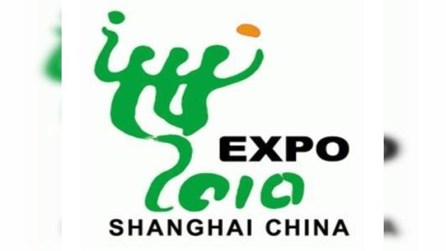 Un barco de botellas de plástico desembarca en la EXPO de Shanghái