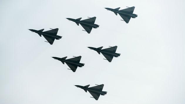 'Muralla china' en el cielo: Cien cazas ejecutan el mayor ejercicio aéreo de Pekín