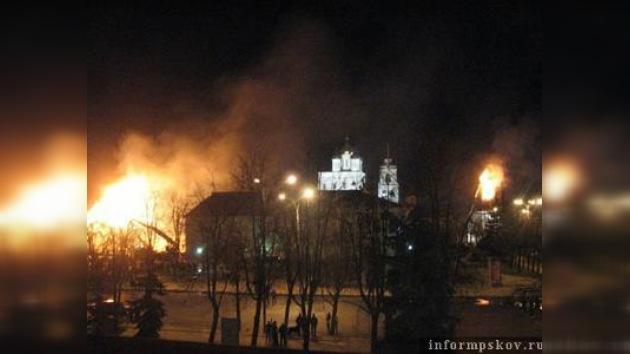 El kremlin de Pskov pierde dos torres en un supuesto incendio premeditado