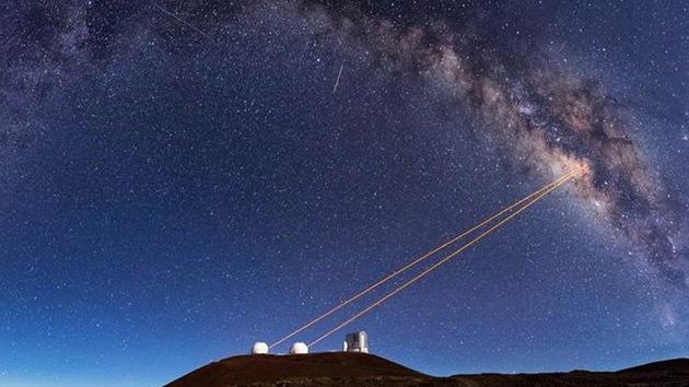 Resuelven el misterio de la extraña formación de la galaxia que se salvó del agujero negro