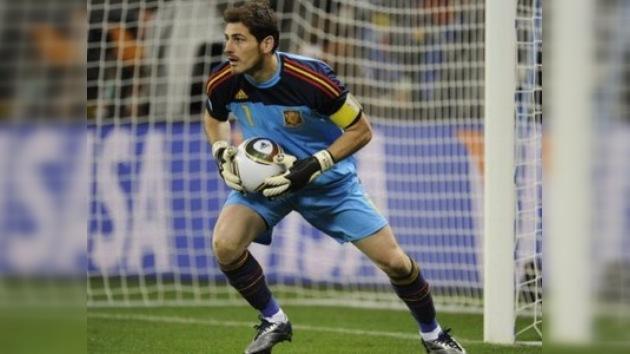 Casillas 'celebra' el récord de internacionalidades con un gran error