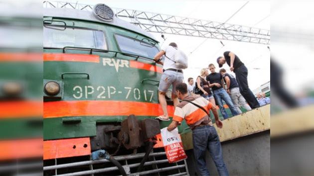 La policía rusa frustró los planes de jóvenes de ir encima de los trenes