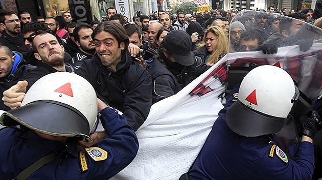 Fotos: Disturbios en las calles de Grecia contra la apertura de comercios en domingo