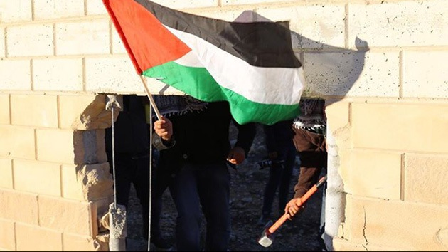 Fotos, video: Palestinos abren un boquete en el muro de Cisjordania
