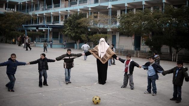Niños palestinos temen volver a la escuela tras una agresión de militares israelíes