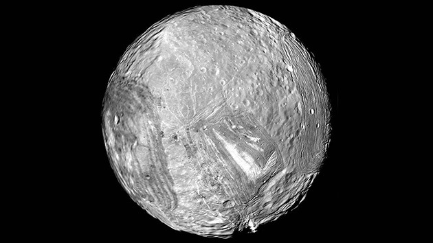 Logran explicar las raras coronas de la luna más enigmática del sistema solar