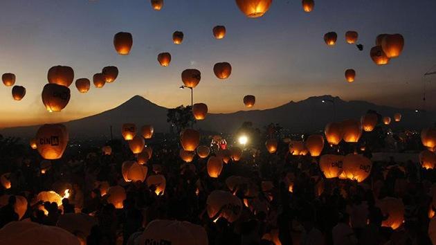 Video y fotos: México suelta 16.000 globos de papel por la paz y agarra el record Guinness
