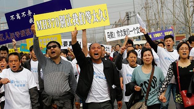 """""""¿No tenéis vergüenza?"""": las familias de los pasajeros del MH370 protestan en China"""