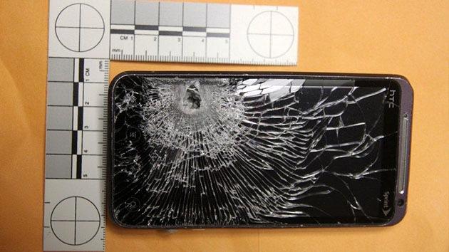 Un teléfono salva a su dueño de una muerte segura parando una bala