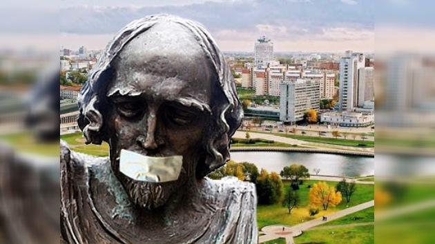 La oposición bielorrusa tapa las bocas de estatuas en Minsk