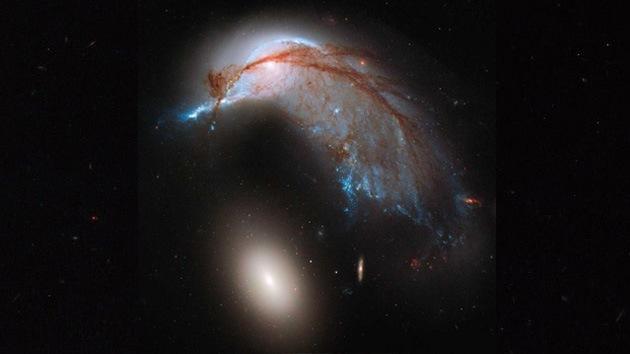 Video: El Hubble capta dos galaxias juntas que se asemejan a un pingüino con su huevo