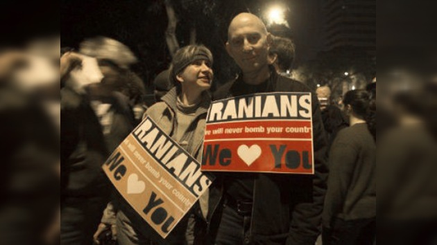 Los israelíes en contra de atacar Irán pasan de la Red a la calle