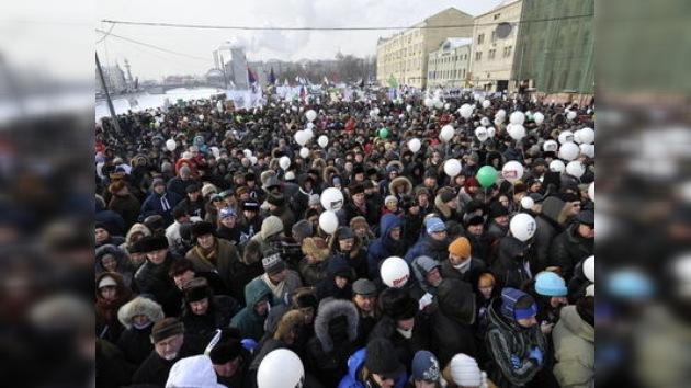 Miles de rusos 'rompen el hielo' para jalear y criticar al poder a -20º