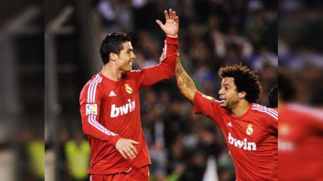 El Real Madrid gana a un gran Betis y mantiene la distancia sobre el Barcelona