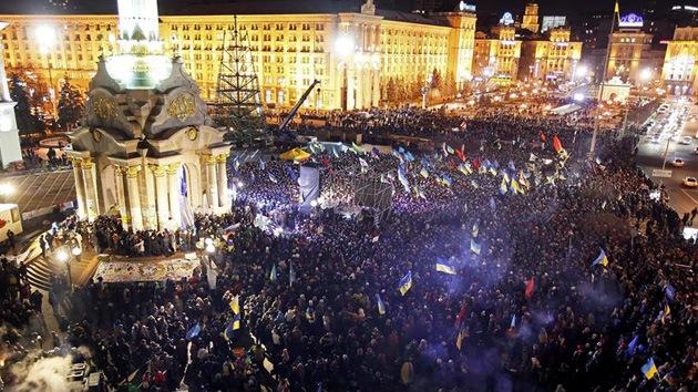 Ucrania: Policía desaloja a los manifestantes de la plaza de la Independencia