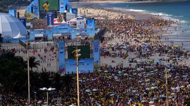 Imágenes impactantes: Un robo masivo provoca una estampida en Copacabana