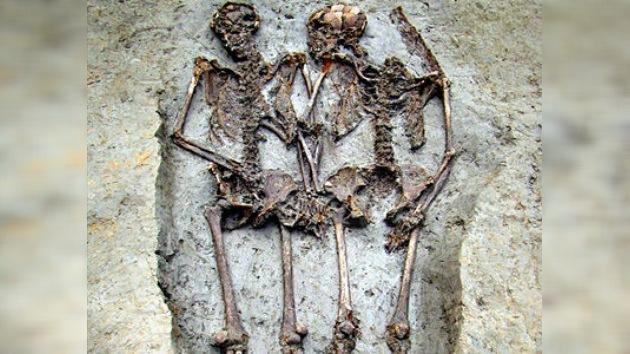 Ni la muerte los separa… hallan dos esqueletos del siglo V tomados de la mano