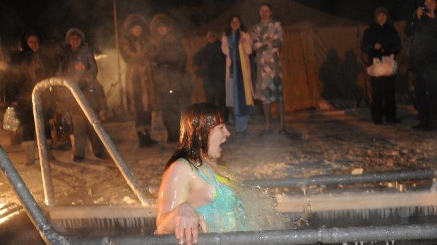 Rusos se bañan en agua helada en la fiesta de la Epifanía