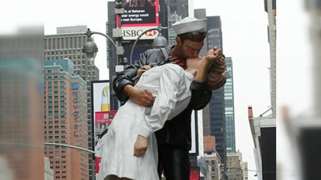 Nueva York inaugura la estatua del beso en honor a la victoria sobre Japón