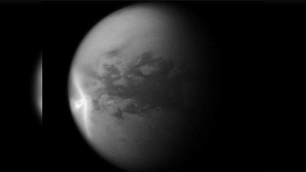 Científicos explican el origen de la 'flecha blanca' de Titán