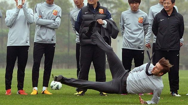 Fotos: Un tiro libre promocional de Beckham en China, termina en 'caída libre'