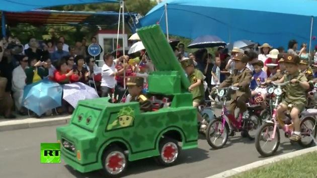 Video: Corea del Norte celebra el Día de los Niños con un desfile 'militar'