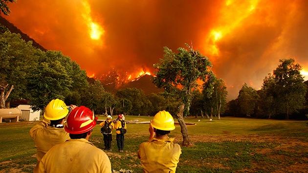 EE.UU.: Bomberos luchan contra un incendio que abrasa miles de hectáreas