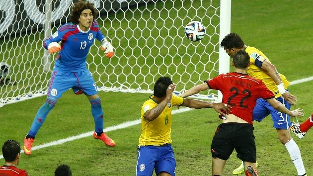 Mundial de fútbol: Los mejores memes del Brasil-México elogian al portero mexicano