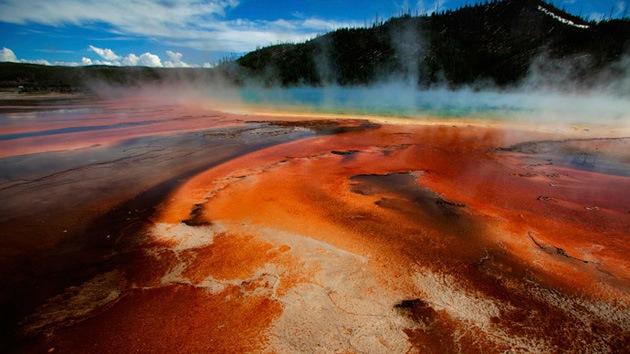 """Cierran accesos al parque Yellowstone porque el supervolcán convierte el asfalto en """"sopa"""""""