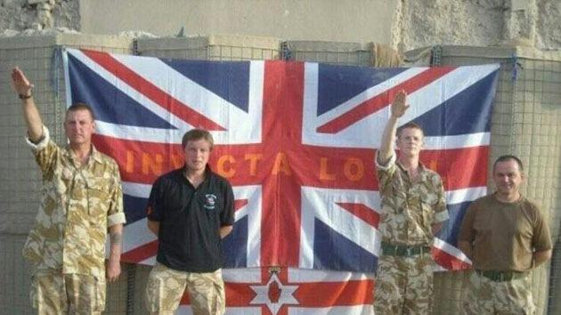 Una foto de dos soldados realizando el saludo nazi escandaliza a los británicos