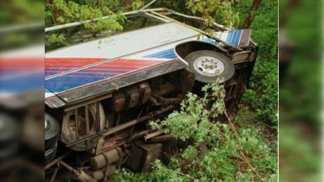 Al menos 40 muertos y 10 heridos al despeñarse un ómnibus en Perú
