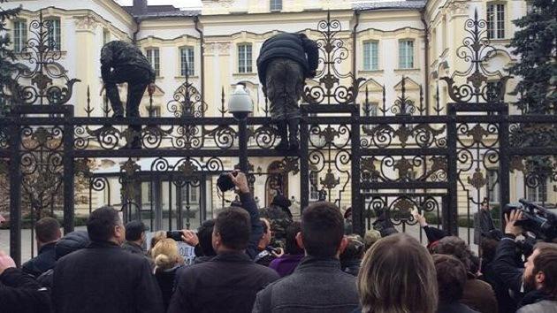 Los nacionalistas ucranianos intentan asaltar la Corte Suprema en Kiev