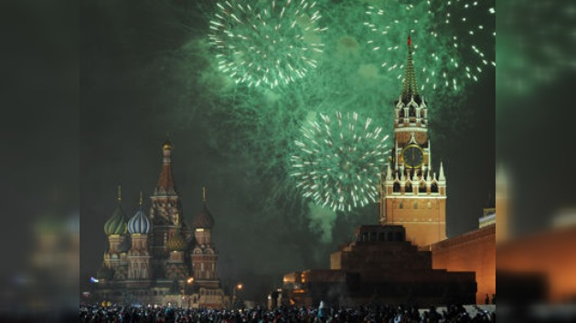 Los moscovitas saludan al 2012 en la Plaza Roja