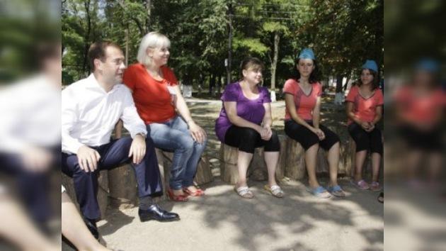 El presidente Medvédev visita a niños víctimas de los incendios