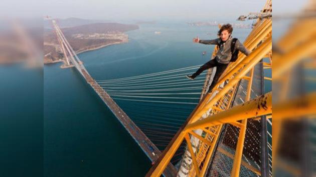FOTOS: Jóvenes rusos escalan un puente de 300 metros sin asegurar